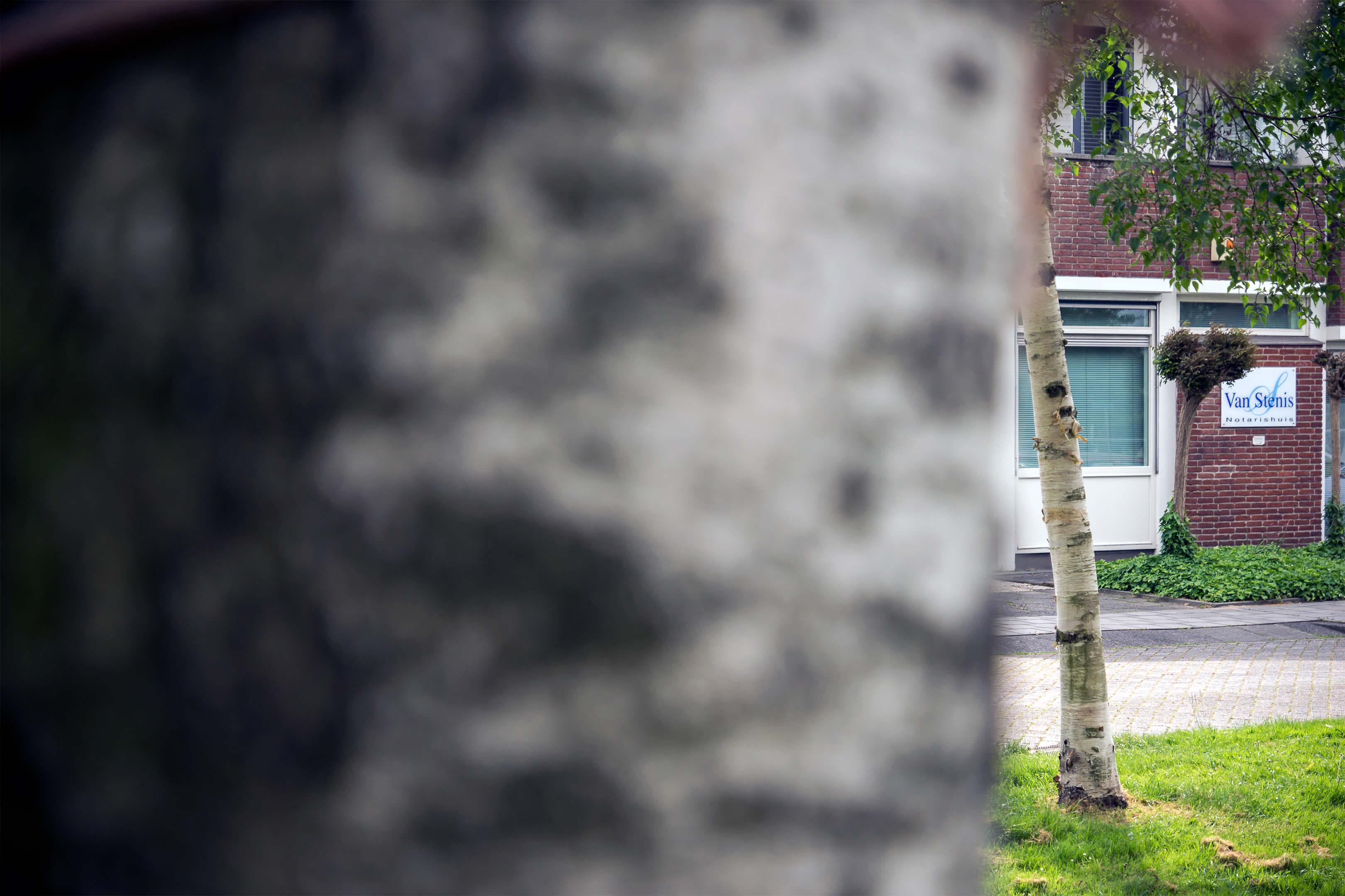 Een foto van het pand van notaris Van Stenis in Maasland.