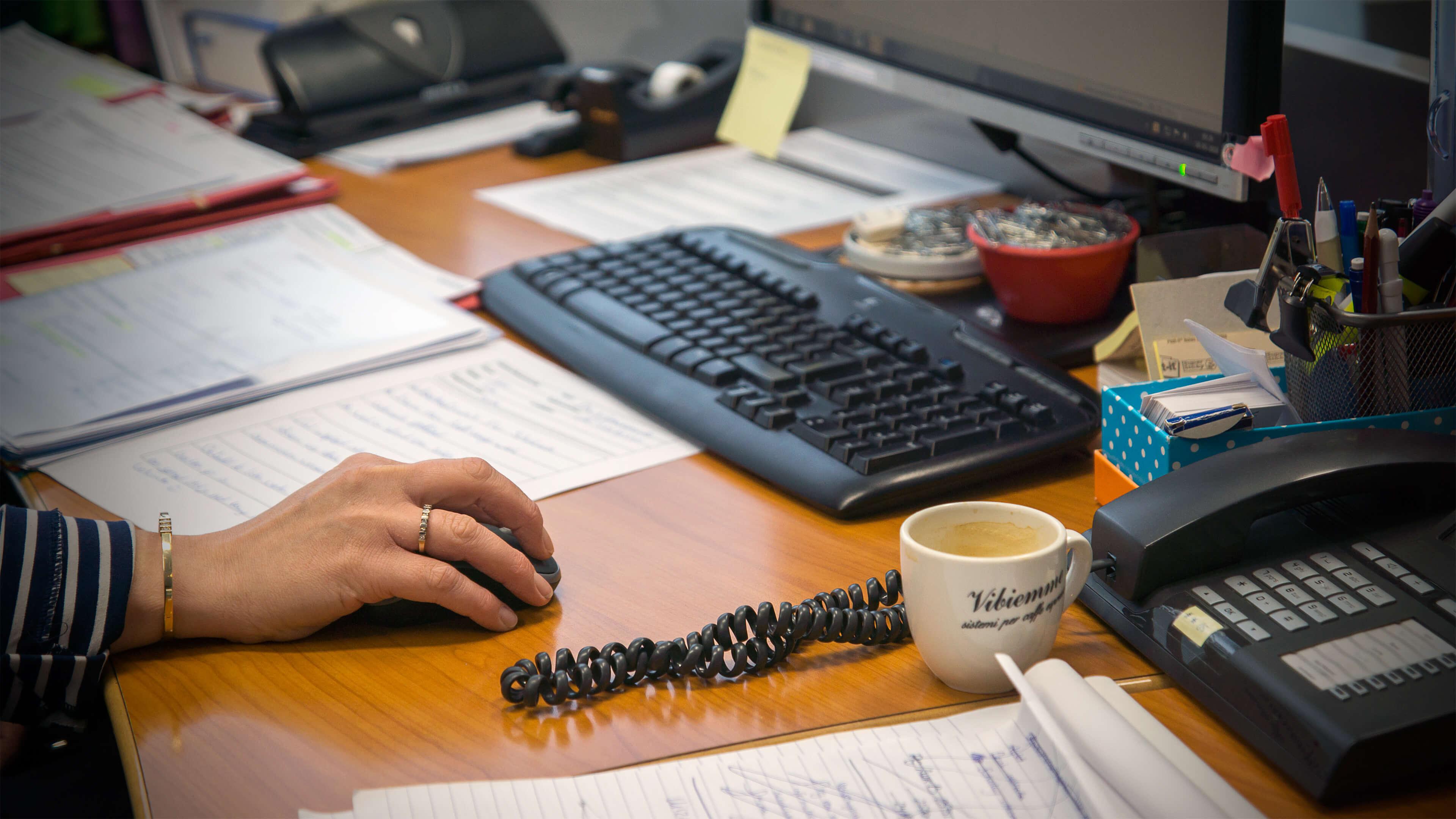 Foto van een hand, een muis, een computer en een telefoon voor de pagina over privacy. Het privacystatement van Van Stenis.