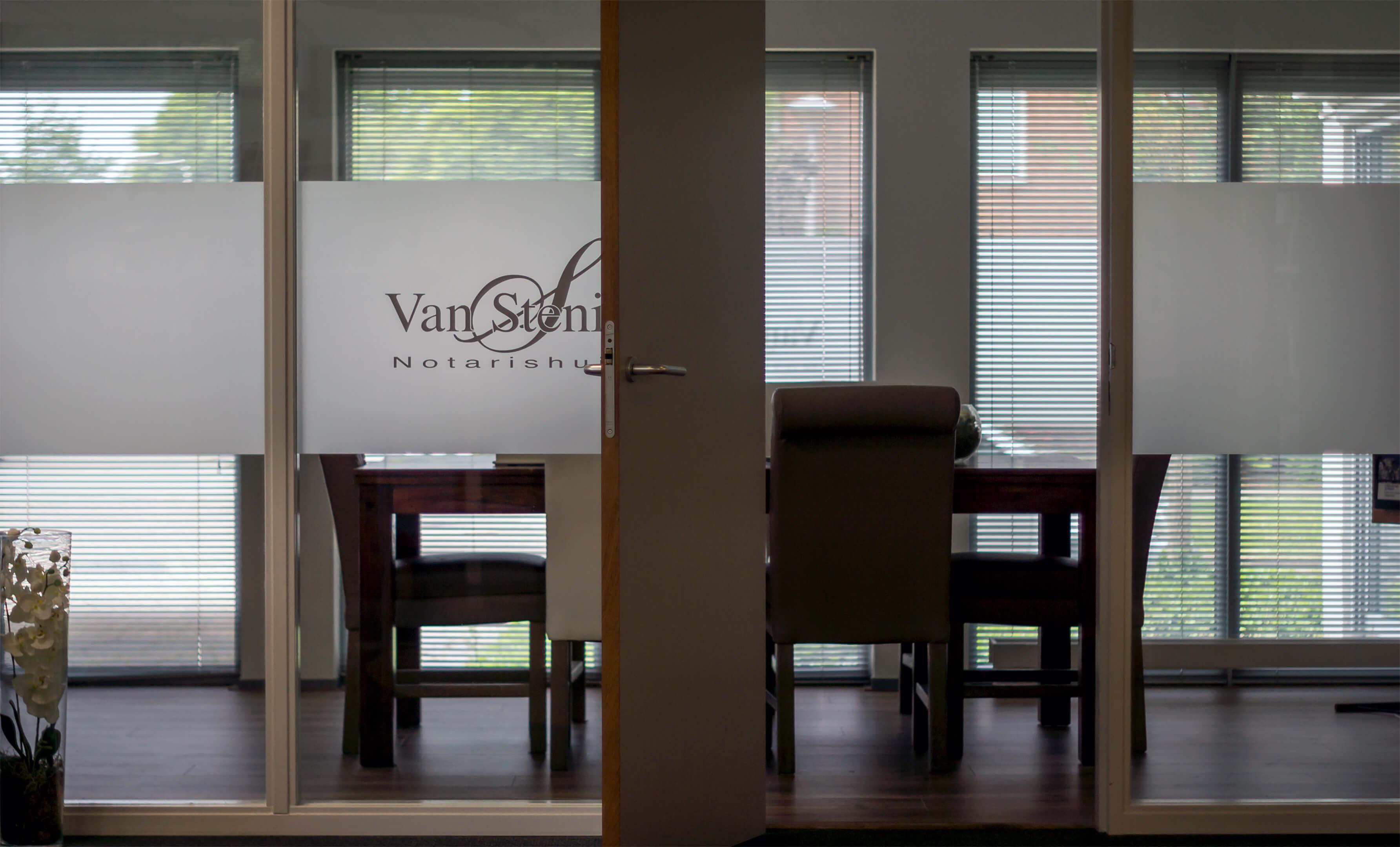 Foto van een spreekkamer van notaris Van Stenis Maasland.